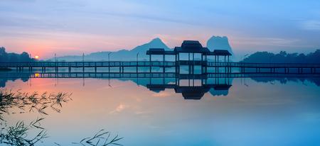 Verbazend parklandschap panorama bij zonsopgang. Brug en paviljoen op meer bij Hpa-An, Myanmar (Birma) reizen landschappen en bestemmingen Stockfoto