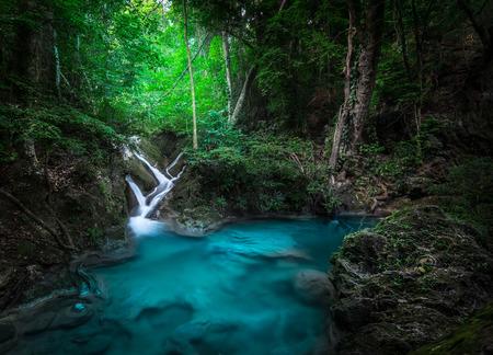 Paesaggio Jangle con scorre acqua turchese di Erawan cascata della cascata in profonda foresta pluviale tropicale. Parco Nazionale Kanchanaburi, in Thailandia Archivio Fotografico - 47407887