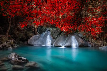 Jangle landschap met vloeiend turkoois water van Erawan cascade waterval in diep tropisch regenwoud. Nationaal Park Kanchanaburi, Thailand Stockfoto