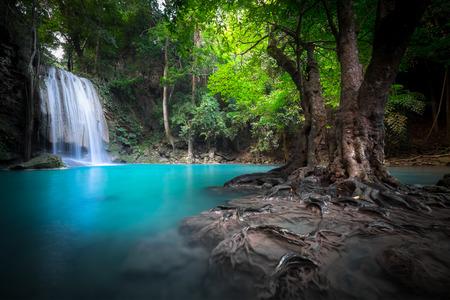 Paesaggio Jangle con scorre acqua turchese di Erawan cascata della cascata in profonda foresta pluviale tropicale. Parco Nazionale Kanchanaburi, in Thailandia Archivio Fotografico - 48485048