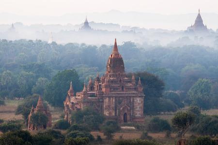 素晴らしい霧日の出バガン王国の古代の仏教寺院。ミャンマー (ビルマ) の旅行の目的地