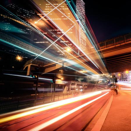 未来の夜景と相まっては通りの向こう側にライトアップされた高層ビル、都市交通表示します。香港
