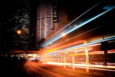 未来の夜景と相まっては通りの向こう側にライトアップされた高層ビル、都市交通表示します。Hong Kong