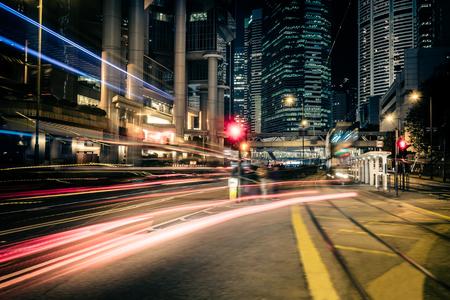 Vista del paisaje urbano noche futurista con rascacielos iluminados y tráfico de la ciudad a través de la calle. Hong Kong Foto de archivo - 48901592