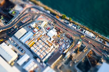 paesaggio industriale: tilt shift effetto di sfocatura. Vista aerea paesaggio urbano con la costruzione di edifici nei pressi del porto. Hong Kong. Estratto di paesaggio urbano futuristico