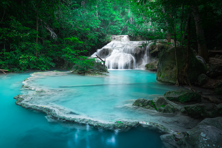 türkis: Klimpern Landschaft mit fließenden türkisblaue Wasser des Erawan Kaskade Wasserfall im tiefen tropischen regen Wald. National Park Kanchanaburi, Thailand