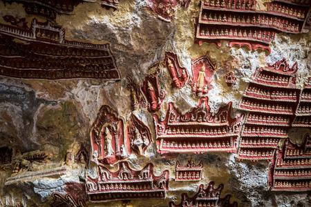 pintura rupestre: Las vistas increíbles de la talla religiosa en la roca de piedra caliza en cueva sagrada budista Kaw Goon. Hpa-An, Myanmar (Birmania) paisajes y destinos de viaje