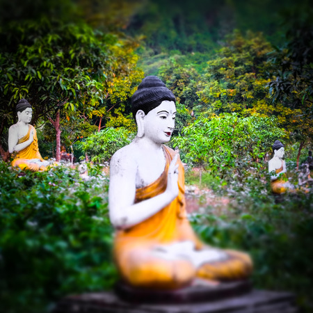 bouddha: Tilt shift blur effect. Amazing view of lot Buddhas statues in Loumani Buddha Garden. Hpa-An, Myanmar (Burma) travel landscapes and destinations Banque d'images
