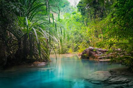 Jangle krajobraz z turkusową wodę płynących kaskady Erawan wodospad w głębokim lesie tropikalnym deszczu. Park Narodowy Kanchanaburi, Tajlandia Zdjęcie Seryjne