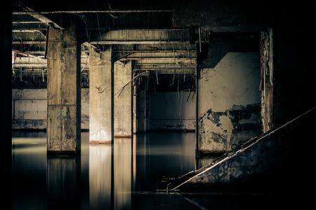 vue dramatique du bâtiment endommagé et abandonné submergé par les eaux de pluie d'inondation. notion Apocalyptique et le mal