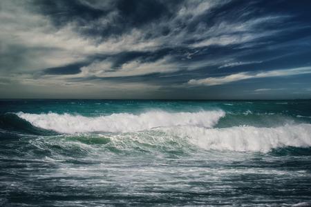 amanecer: paisaje marino tormentoso con las nubes de lluvia
