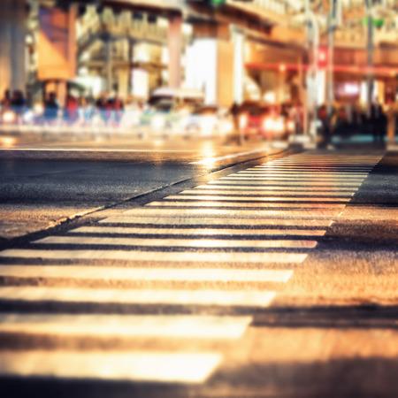 életmód: Éjszakai felvétel a modern városi kereszteződésen mozgó közlekedés. Bangkok, Thaiföld. Absztrakt városkép homályos háttér, tilt shift, művészeti alakformálás