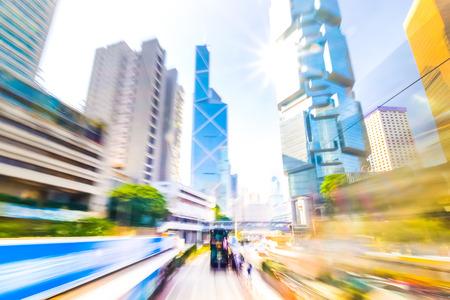 pintura abstracta: Moviéndose a través de la calle abstracta moderna ciudad con rascacielos. Hong Kong. Resumen de antecedentes de tráfico de paisaje urbano con los coches en movimiento. Acuarela efecto de la pintura, el desenfoque de movimiento, tonificación arte