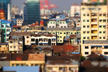 cambio de inclinación efecto de desenfoque. Futurista aérea vista panorámica del desarrollo de la ciudad de Yangon. Myanmar (Birmania)