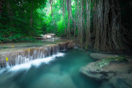 turquesa: Paisaje Jangle con un chorro de agua turquesa de Erawan cascada cascada en profunda selva tropical. Parque Nacional de Kanchanaburi, Tailandia