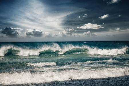 olas de mar: paisaje marino tormentoso con las nubes de lluvia