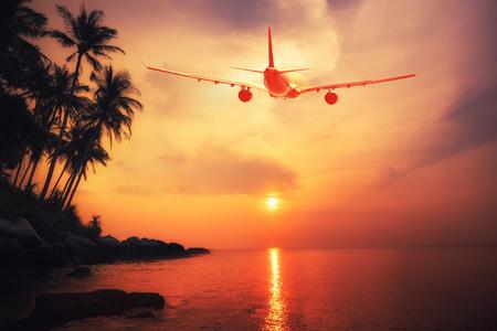 Vliegtuig vliegt over een geweldige tropische zonsondergang landschap. reisbestemmingen Thailand Stockfoto