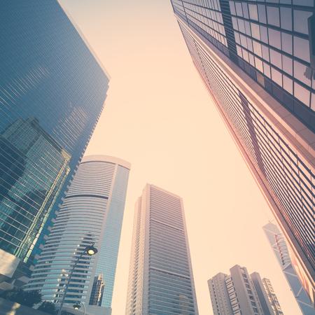 近代的な高層ビルと抽象的な未来的な都市の景観ビュー。香港