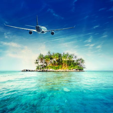 飛行機は熱帯の島の素晴らしい海の風景の上を飛んでします。タイ旅行の目的地