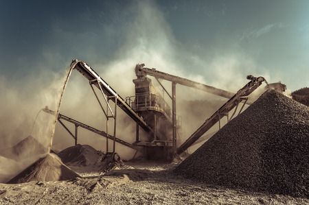 Industriële achtergrond met werkende grintmaalmachine
