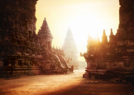 プランバナン寺院の素晴らしい日の出。ジョグ ジャカルタの偉大なヒンドゥー教建築。インドネシア ・ ジャワ島