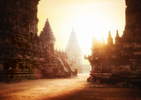 Prachtige zonsopgang bij Prambanan Tempel. Grote hindoe architectuur in Yogyakarta. Java-eiland, Indonesië