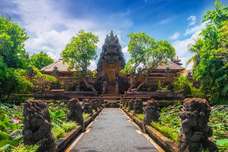 Erstaunliche Ansicht des Teiches mit Lotusblumen nahe Pura Saraswati Hindu-Tempel in Ubud, Bali, Indonesien Standard-Bild