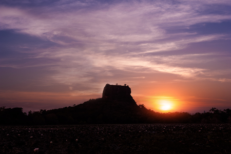 Amazing sunset view of Lion Rock silhouette with ancient fortress and temple  in Sigiriya, Sri Lanka Archivio Fotografico - 117040177
