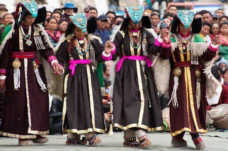 LEH, INDIA - SEPTEMBER 08, 2012: Women in traditional Tibetan clothes performing folk dance.  Annual Festival of Ladakh Heritage in Leh, India. September 08, 2012 Редакционное