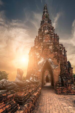 Architecture religieuse asiatique. Ruines de la pagode bouddhiste antique au temple Chai Watthanaram sous le ciel du coucher du soleil. Paysage et destinations de voyage d'Ayutthaya, Thaïlande