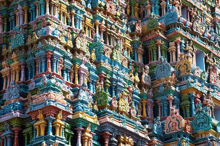 Gran arquitectura india y arte religioso. Panteón de dioses en el templo Gopuram (torre) fachada antiguas y coloridas estatuas de héroes del Mahabharata en el sur de la India