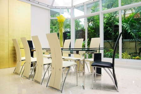 Modern dining room walls are decorated with gold with glass side walls to clear.