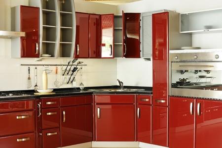 armoire cuisine: Les armoires de cuisine moderne porte un rouge fonc�.