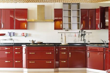 armoire cuisine: Les armoires de cuisine moderne porte un rouge fonc�