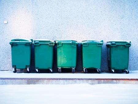 vijf groene afvalcontainers op een rij Stockfoto
