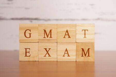 GMAT. Test ou examen d'admission aux études supérieures en lettres moulées en bois Banque d'images