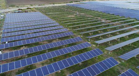 Vista aérea de la granja solar o planta de energía solar cerca de Raichur, India.