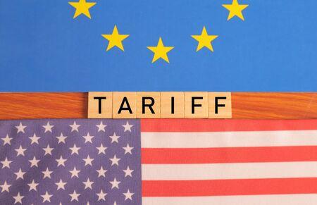 Concept de relations bilatérales et de tarifs des États-Unis d'Amérique ou des États-Unis sur l'UE ou l'Union européenne avec des drapeaux.