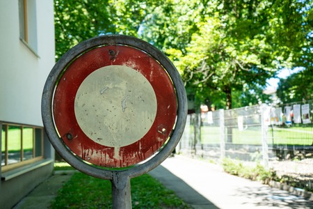 prohibido el paso: viejo cartel sin traspaso con árboles en la parte posterior