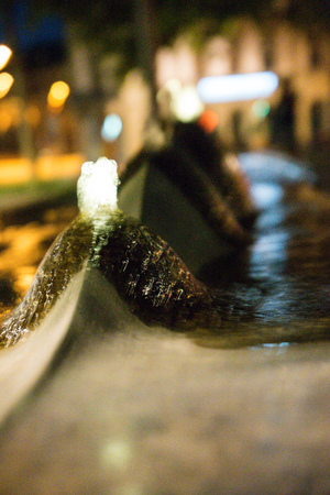 jet stream: fuente de agua en la noche de cerca