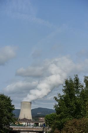 Centrale nucléaire, à, trafic, rue, et, arbre, près, ville Banque d'images - 86503215