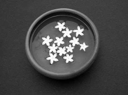 noir et blanc: Fleurs dans un bol d'eau noir et blanc