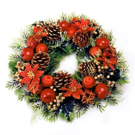 festividad: Christmas wreath with green leaves, pine cones, apples, flowers and red balls on a white background.