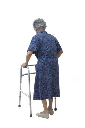 Anziani donna camminare lentamente sul fondo bianco.