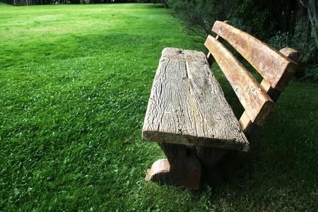Banco de madera en el parque una tarde de verano Stock Photo