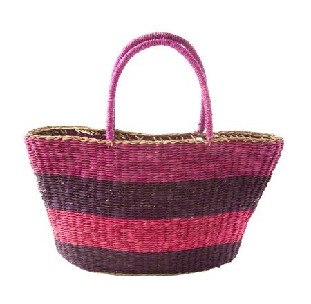 complemento: Rayas cesta malva p�rpura bolsa, aislado en fondo blanco. Trazado de recorte incluidos. Foto de archivo