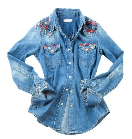 gestickt: Denim Blumen bestickt Shirt auf wei�em Hintergrund