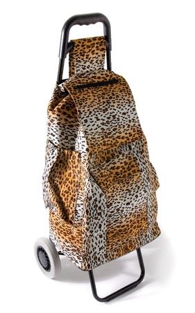 compras compulsivas: Agresivo compulsivo estampado de leopardo carrito de compras aisladas sobre fondo blanco.
