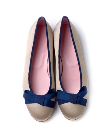 chaussure: Blue bow gris perle ballerines isol� sur fond blanc
