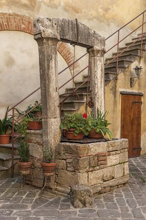 san quirico: SAN QUIRICO DORCIA, ITALY - OCTOBER 30, 2016 - Picturesque traditional Italian courtyard in the center of San Quirico dOrcia, Val dOrcia, Tuscany, Italy Editorial